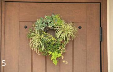 玄関扉と枕木の外構アクセントがよく似合います。グリーンのリースも奥様の手作り。