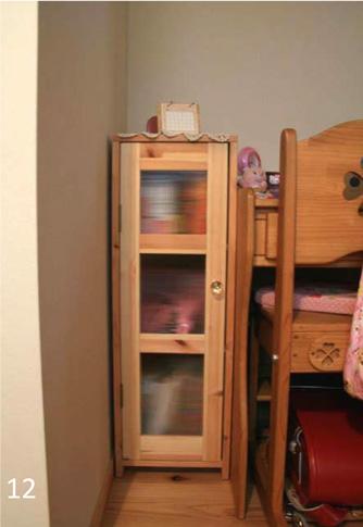 机と壁の隙間を利用して造った本棚。これもご主人の最新の作品。