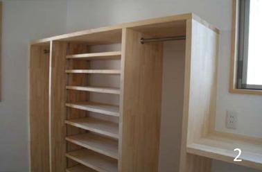 シューズクロークには可動式の棚とパイプハンガー。
