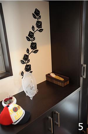 統一性のあるシンプルなデザインにシックな落ち着きのある玄関収納。